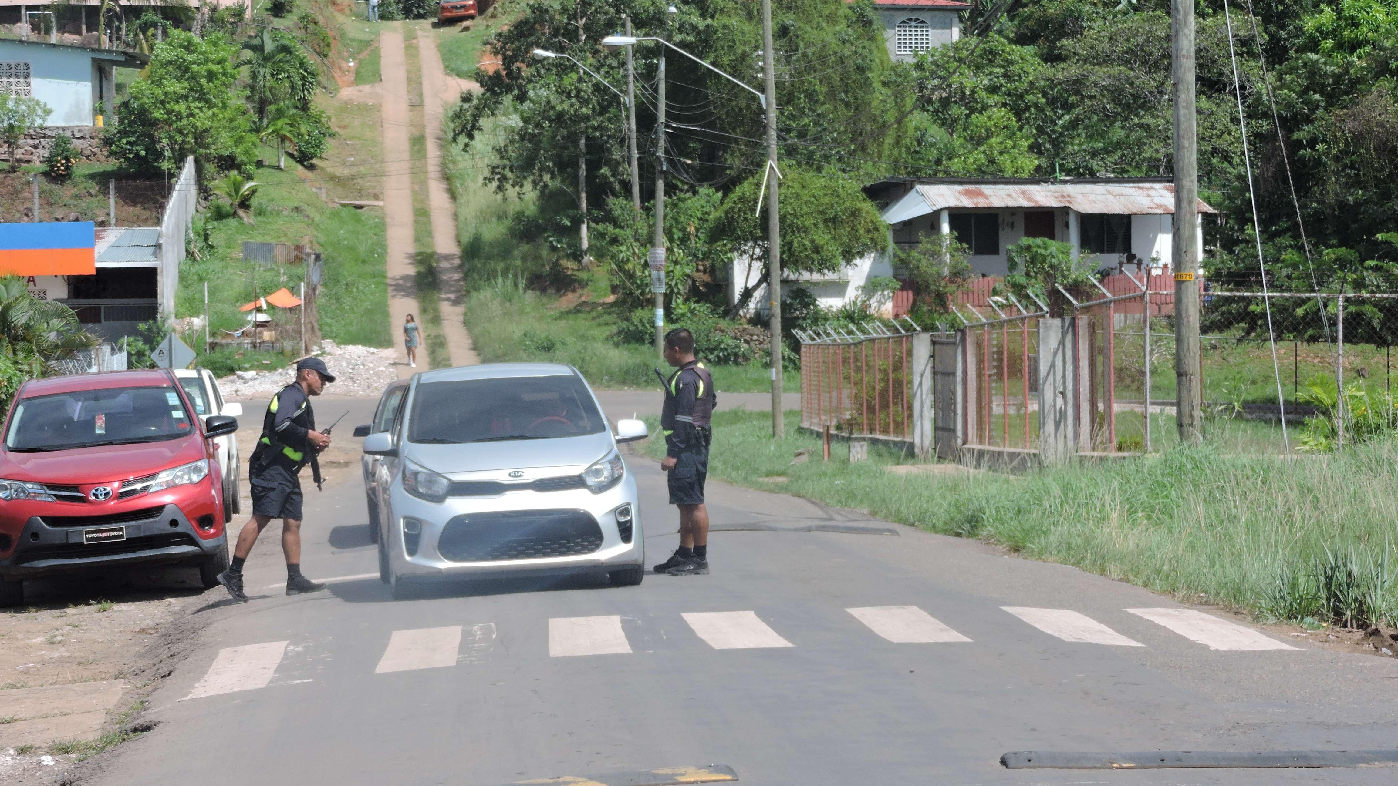 Unidades de la Policía Nacional mantienen vigilancia del área. Foto: Landro Ortiz
