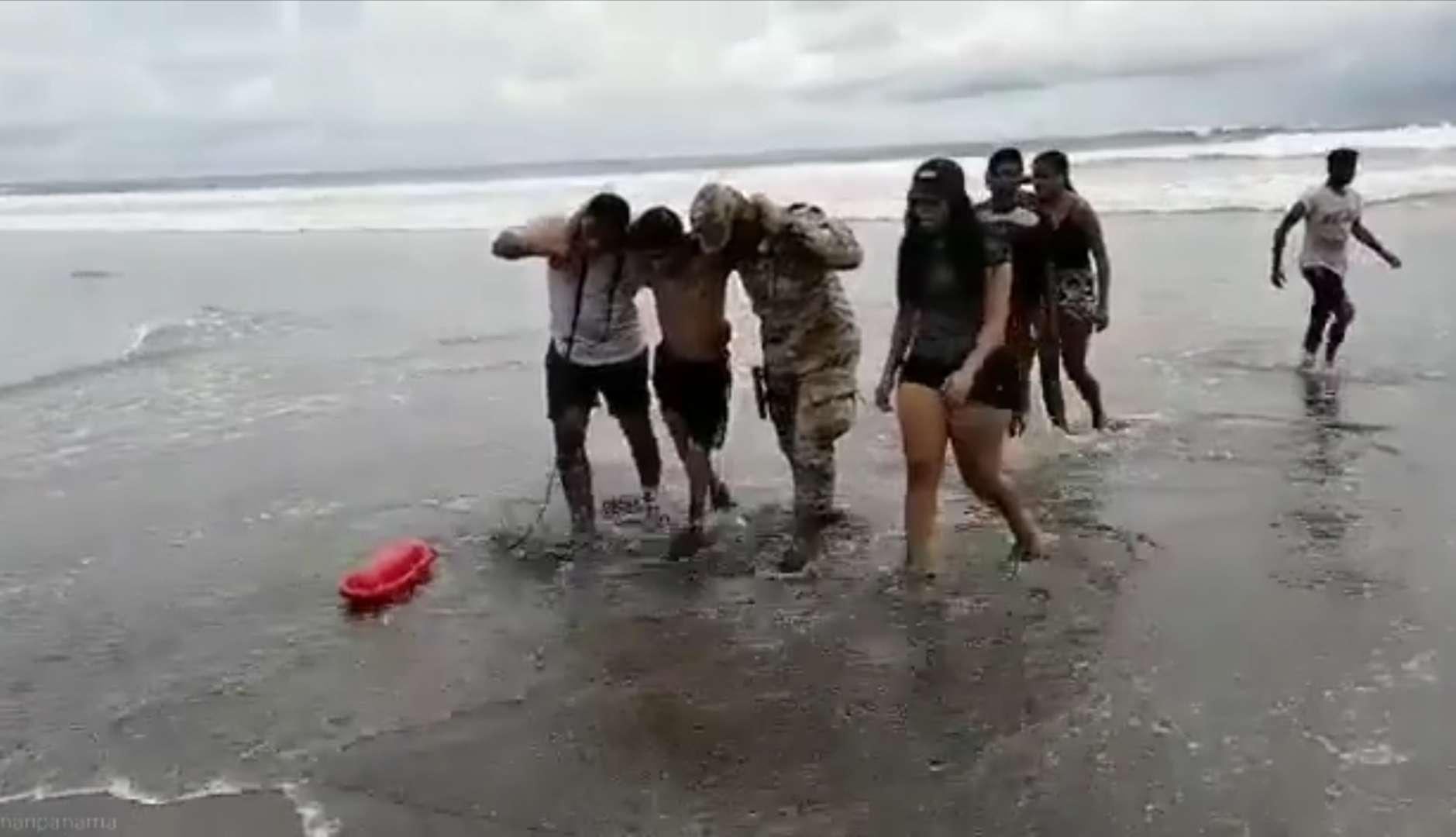 Unidades del Senan que vigilaban la playa se dan cuenta de lo que ocurría y lo rescataron.