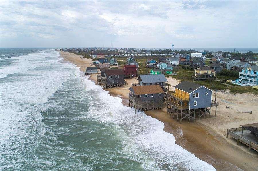 Una imagen hecha con un dron muestra olas que comienzan a elevarse desde el Océano Atlántico cuando el huracán Dorian se acerca a Rodanthe, Carolina del Norte, EE. UU., 05 de septiembre de 2019. EFE
