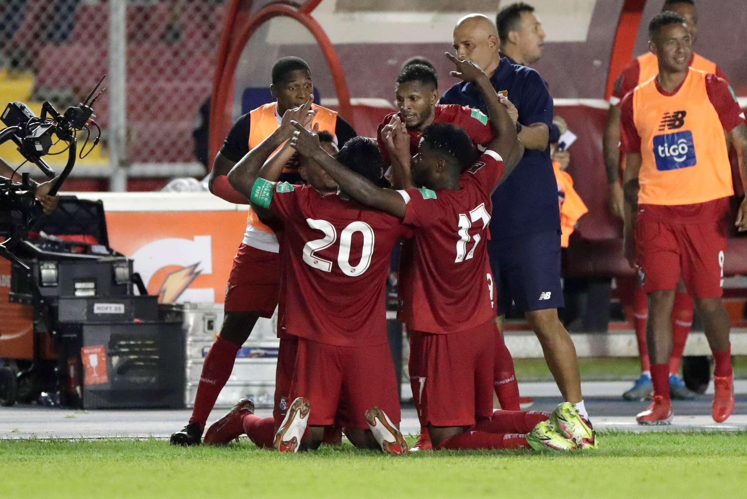 Los jugadores panameños festejan tras anotar. /EFE