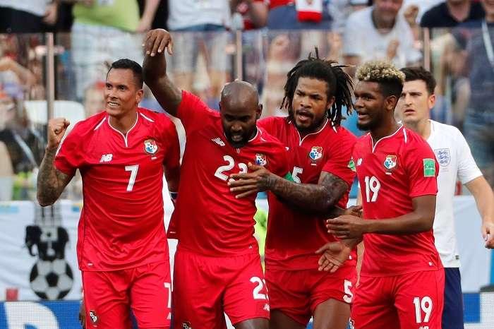 El defensa panameño Felipe Baloy, marca el primer gol de Panamá en un mundial./EFE