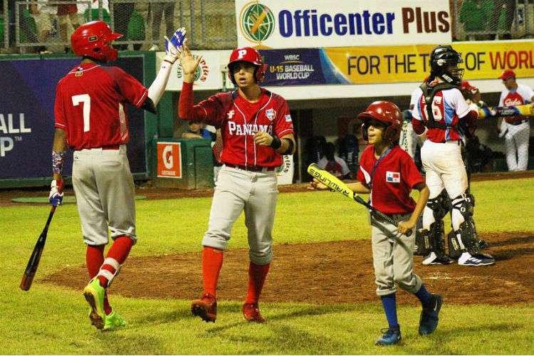 El equipo de Panamá cuando anotó una de las carreras. Foto: Fedebeis