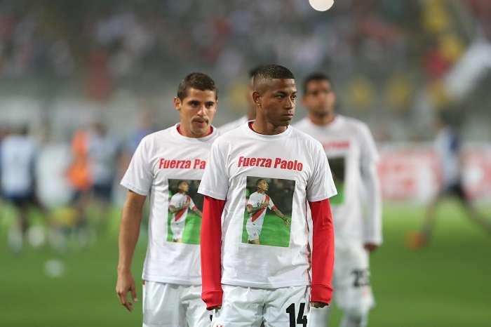 El delantero Andy Polo (adelante) y otros jugadores de la selección de Perú usan camisetas en apoyo a su compañero de equipo Paolo Guerrero./EFE