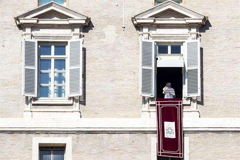 El Papa Francisco celebra el tradicional Domingo, oración de los fieles en la Plaza de San Pedro desde una ventana de sus habitaciones en el Palacio Apostólico, en la Ciudad del Vaticano, 17 de febrero de 2019. EFE