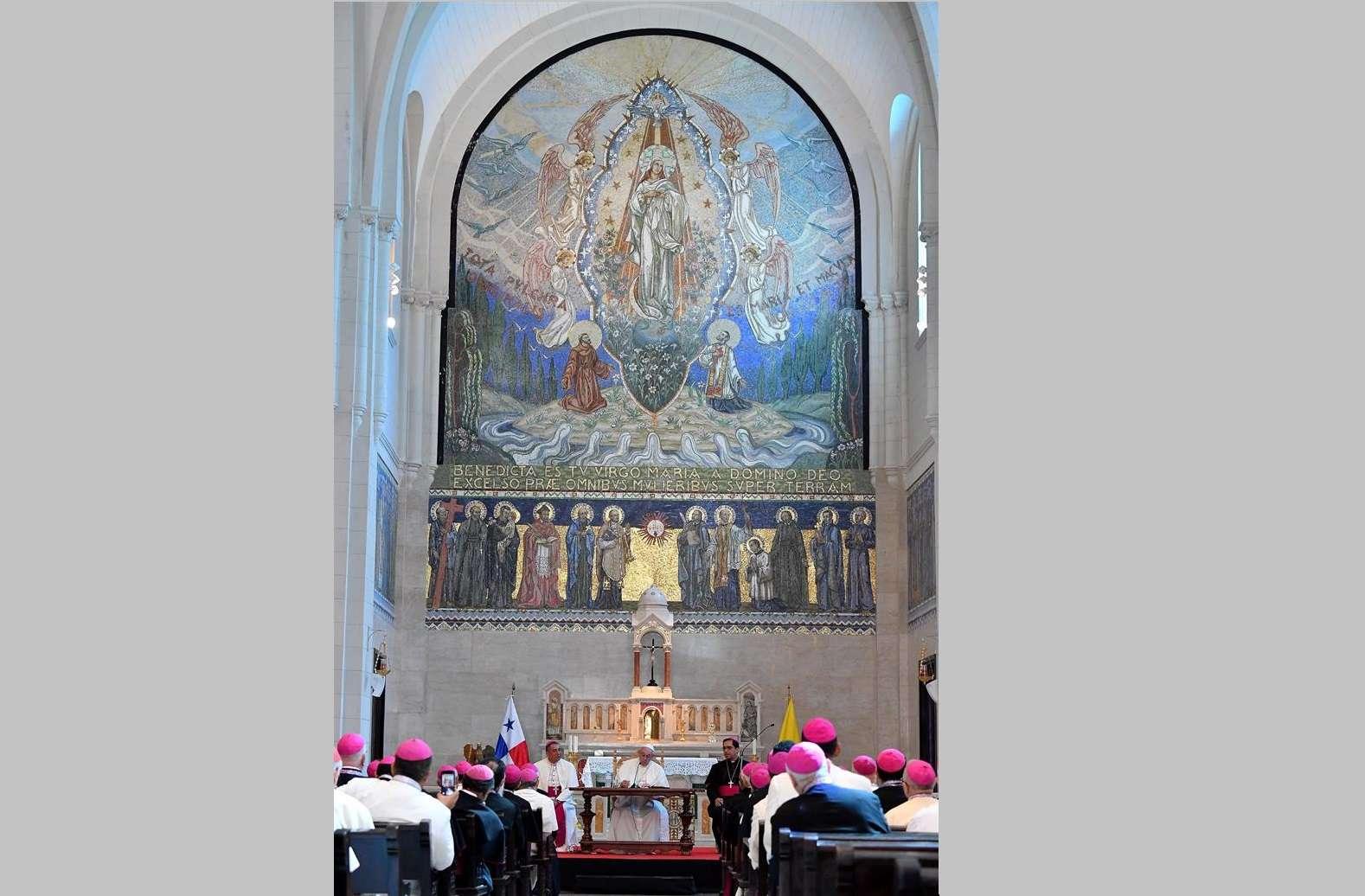 El papa Francisco interviene durante una reunión mantenida con obispos centroamericanos en la iglesia de San Francisco de Asís, en la Ciudad de Panamá (Panamá). EFE