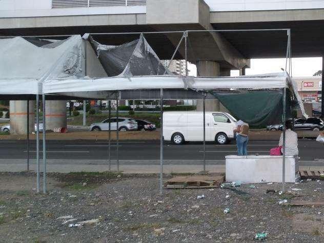 Residentes esperan que les reparen la tolda de la parada.