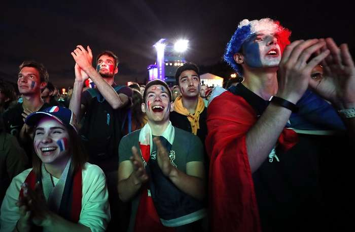Aficionados observan el partido de la semifinal del Mundial de Fútbol Rusia 2018 entre Francia y Bélgica./EFE