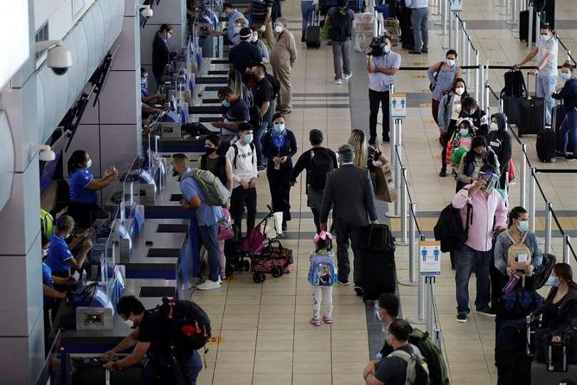 Pasajeros hacen fila previo a abordar vuelos en el aeropuerto internacional de Tocumen. EFE