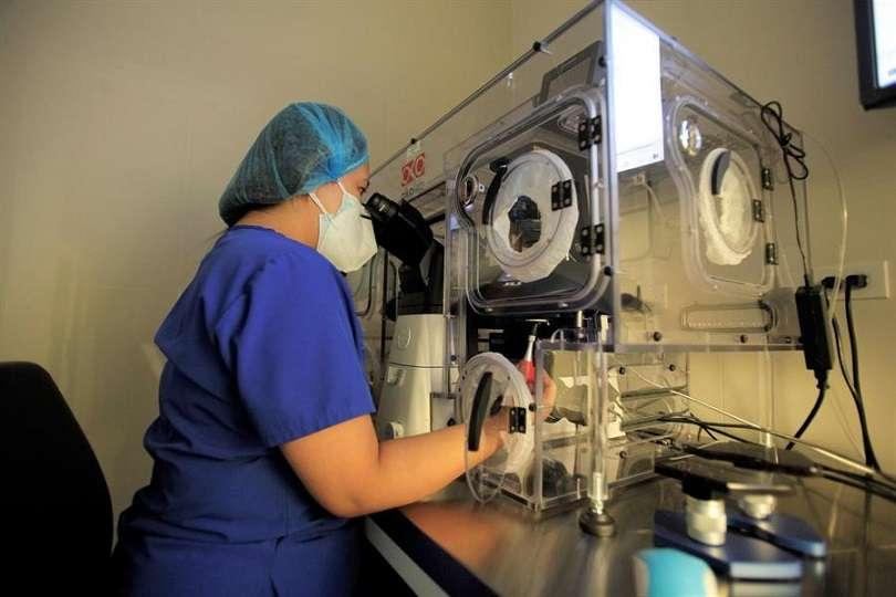 Personal técnico trabaja en la clínica Panamá Fertility el 16 de marzo de 2021, en Ciudad de Panamá (Panamá). EFE