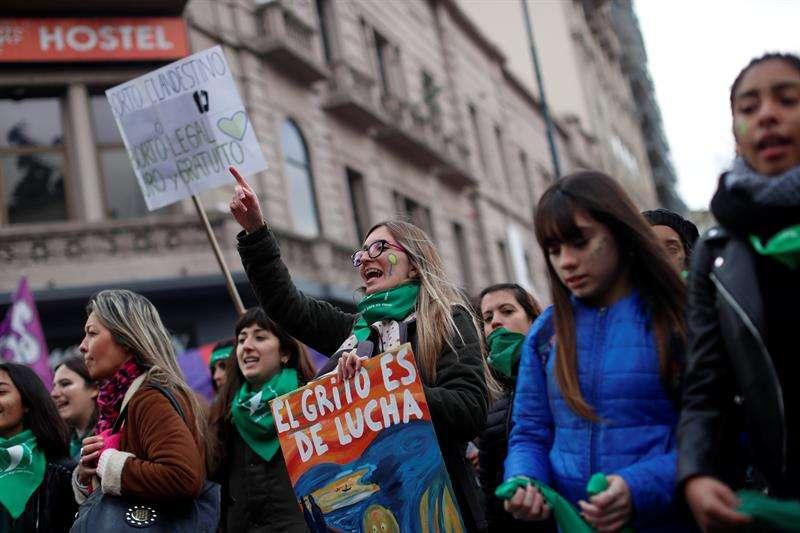 Personas a favor de despenalizar el aborto se manifiestan en el exterior del Congreso. EFEArchivo