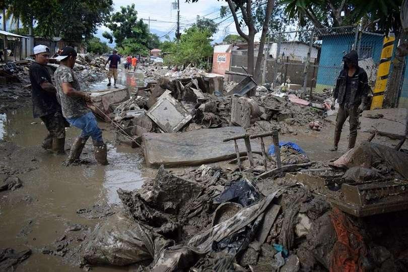 Personas retornan hoy a sus viviendas para retirar los escombros tras las inundaciones que dejó a su paso Iota, en la localidad de La Lima, departamento de Cortés (Honduras). EFE