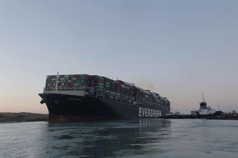El portacontenedores Ever Given se sitúa ahora en vertical y en paralelo a la orilla del canal de Suez. EFE