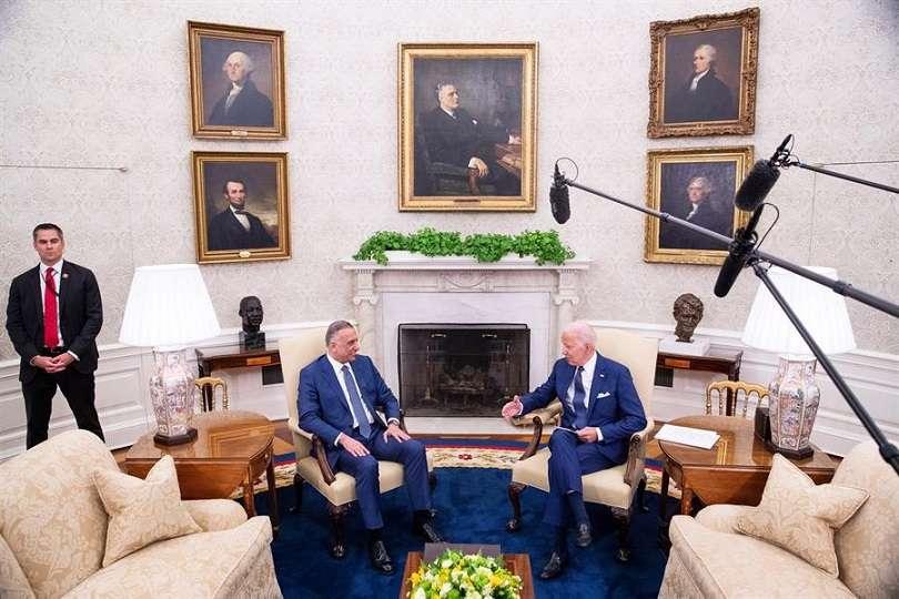 El presidente de Estados Unidos, Joe Biden (d), y el primer ministro iraquí, Mustafa Al-Kadhimi, fueron registrados este lunes, durante un encuentro, en la Oficina Oval de la Casa Blanca, en Washington DC (EE.UU.). EFE