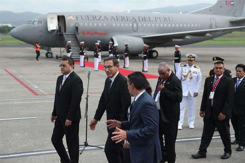 El presidente de Perú, Martín Vizcarra (2i), llega este domingo a Ciudad de Panamá (Panamá). EFE