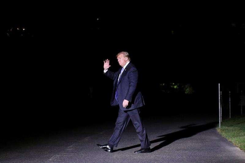 El presidente de los Estados Unidos, Donald J. Trump, camina en el jardín sur de la Casa Blanca luego de regresar de un viaje a Louisiana este martes, en Washington (EE.UU.). EFE
