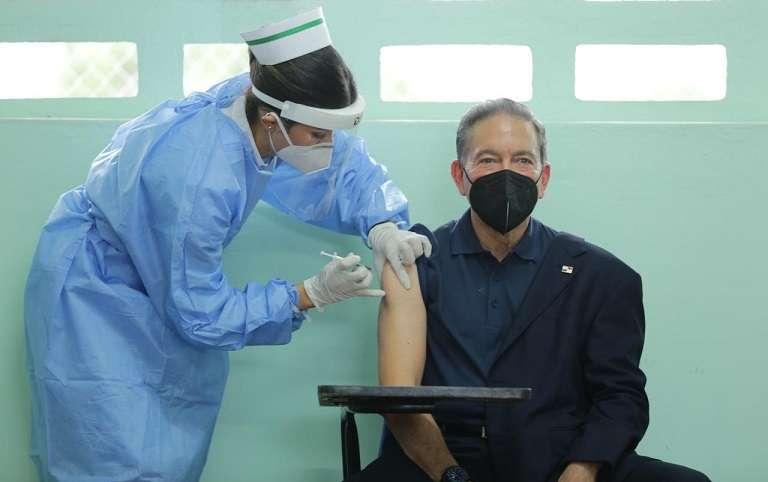 El presidente Laurentino Cortizo recibió la segunda dosis de la vacuna contra el Covid-19 en la escuela Belisario Porras, en el circuito 8-8.