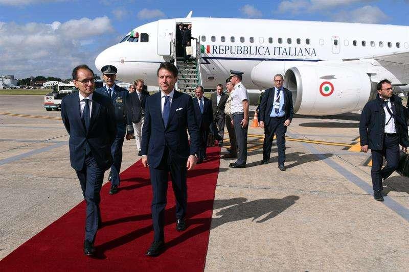 llegada del primer ministro de Italia, Giuseppe Conte (c), quien fue recibido por el embajador de Italia en Argentina, Giussepe Manzo (i), a Buenos Aires (Argentina). EFE