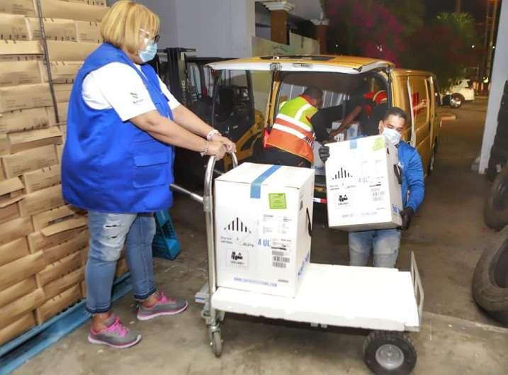 Esta madrugada llegaron a la sede del PAI las vacunas y antes del amanecer ya las estaban enviando a sus destinos.
