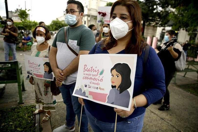 """Varias personas participan en un acto para conmemorar a """"Beatriz"""", el nombre ficticio con el que se conoció a una joven de 22 años que padecía lupus y que pidió a la Corte Suprema de Justicia abortar en 2013 en San Salvador, el cual le fue negado. EFE"""