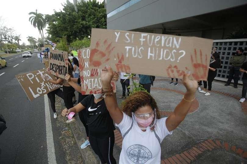 Grupos de la sociedad civil y diversos grupo estudiantiles protestan en contra de los abusos infantiles cometidos en albergues en Panamá . EFE