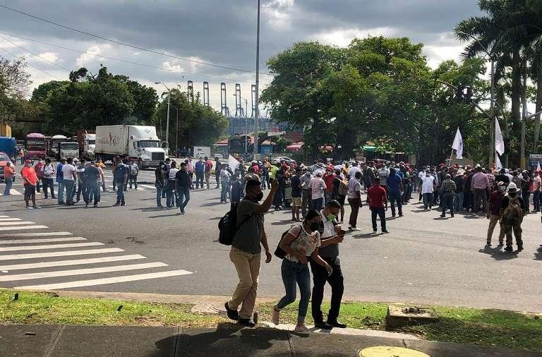 De pronto se formó el corre, corre cuando los policías antiditurbios empezaron a lanzar gases lacrimógenos.
