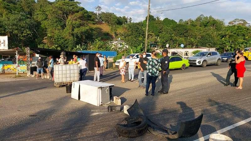 Colocaron neveras dañadas, restos de llantas, bloques, hasta un tanque de almacenamiento, lo que impidió el libre tránsito de las personas y vehículos.