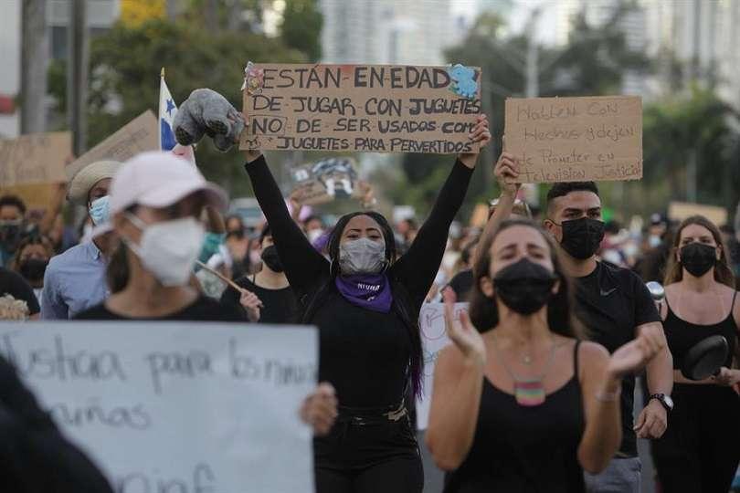 Grupos de la sociedad civil y diversos grupo estudiantiles han protestado frente a las oficinas del Senniaf en contra de los abusos infantiles cometidos en albergues. Foto: EFE Archivo