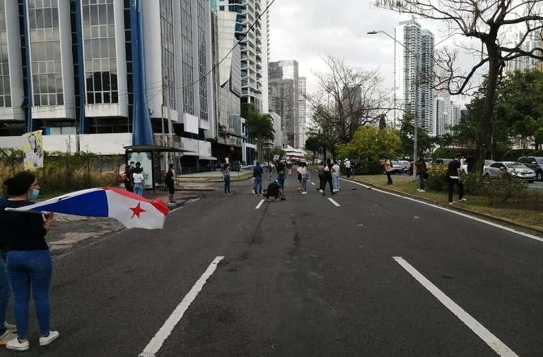 Los manifestantes, en su mayoría jóvenes estudiantes, cerraron este lunes uno de los canales de la avenida Balboa.