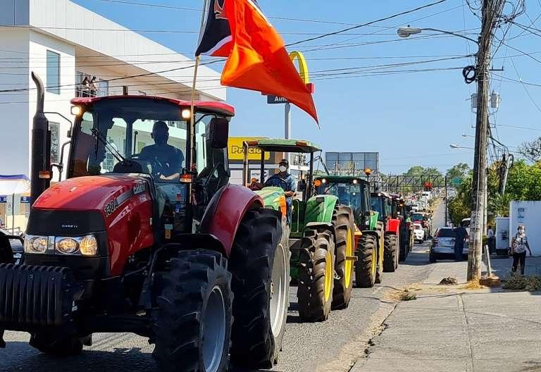 productores estacionaron en el paseo Carlos N. López, frente a la gobernación de la provincia.