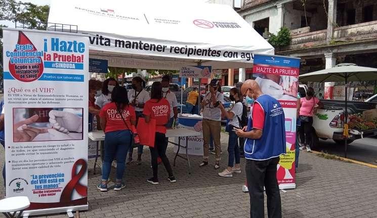 Durante esta actividad se hizo entrega de condones, lubricantes e información sobre el VIH.