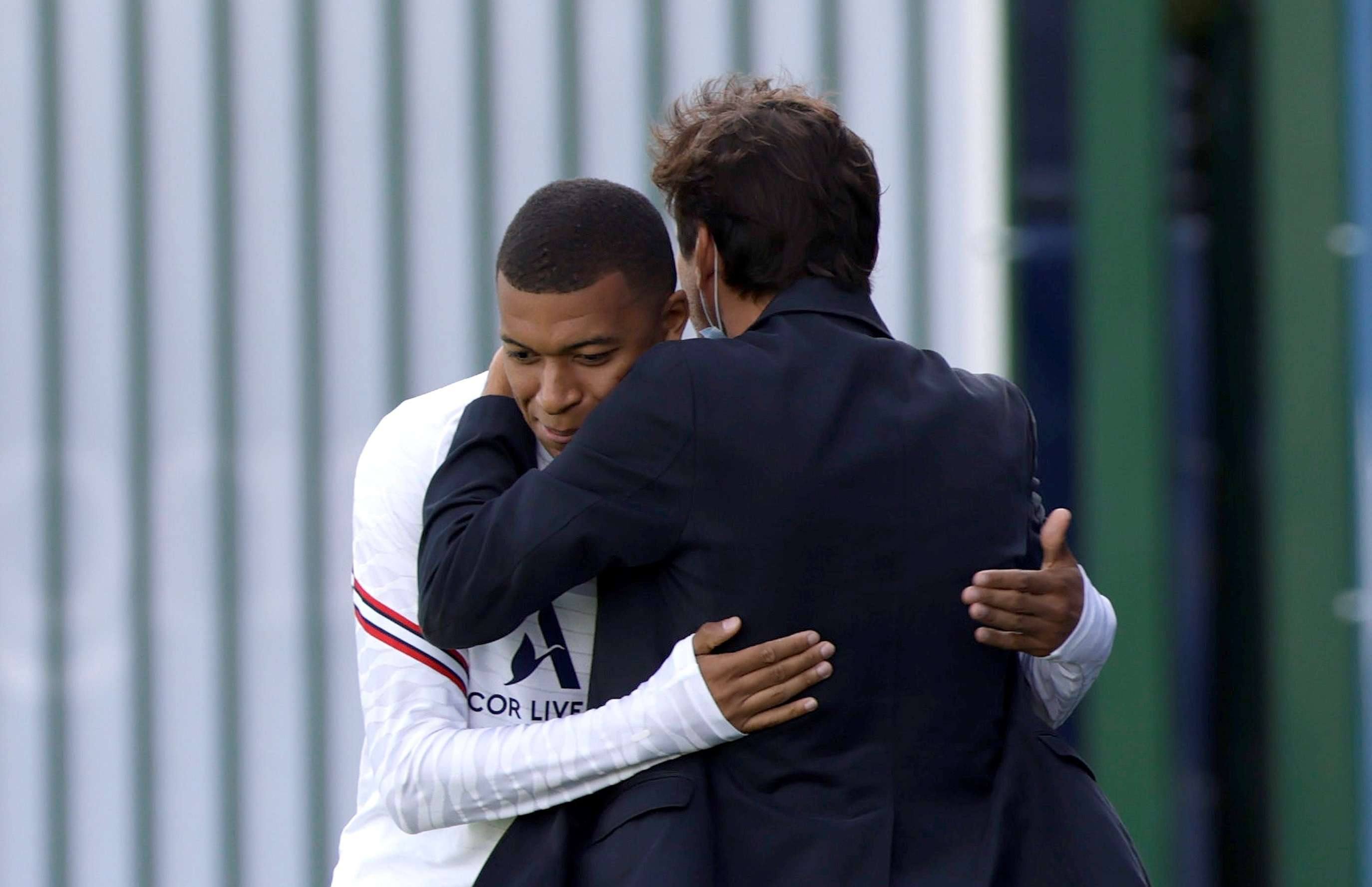 Mbappé junto a Leonardo, director deportivo del París Saint Germain./ EFE