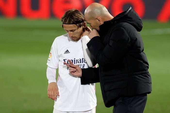 Zinedine Zidane conversa con Luka Modric (i) /EFE