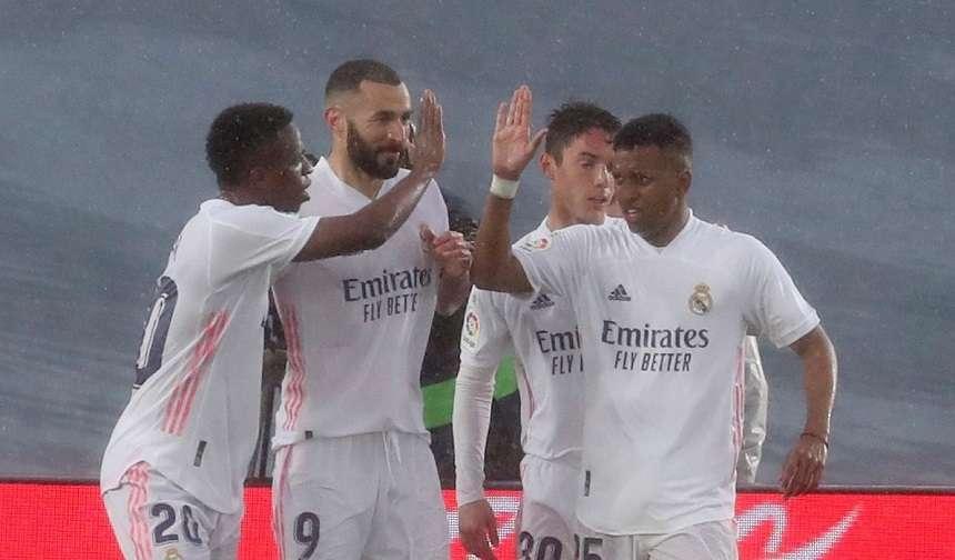 Madridistas celebran el gol de Benzema. /EFE