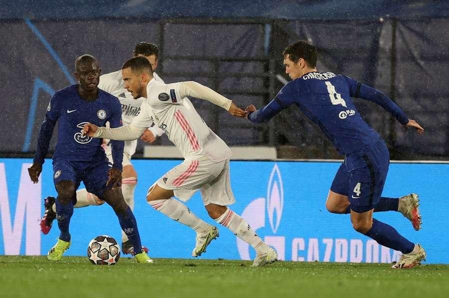 Hazard (i), conduce el balón ante el defensa del Chelsea, Andreas Christensen. /EFE