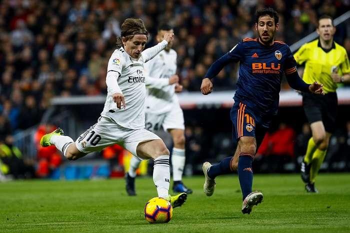 El centrocampista croata del Real Madrid, Luka Modric (i), se dispone a golpear el balón ante el jugador del Valencia, Dani Parejo./ EFE