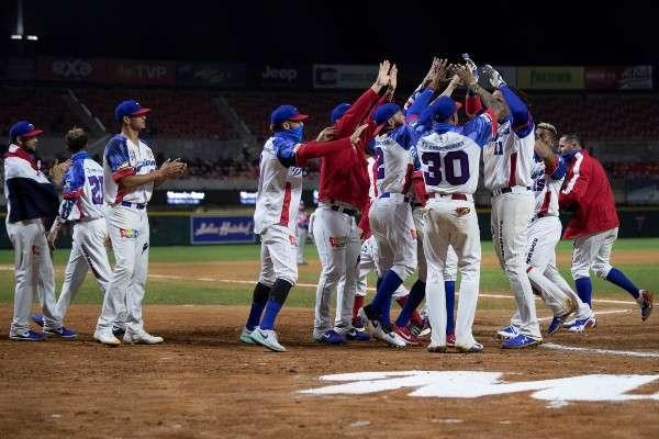 Jugadores de las Águilas Cibaeñas de República Dominicana celebran el título. Foto: EFE