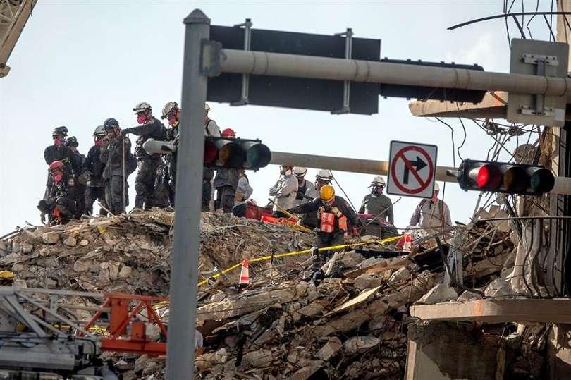 Rescatistas fueron registrados este lunes al trabajar en la zona en la que un edifico de doce plantas se derrumbó la semana pasada en Surfside (Florida, EE.UU.). EFE