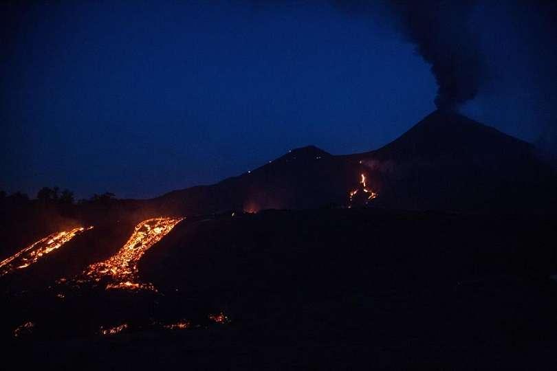 La lava ha consumido plantaciones de aguacate y beneficios de café enteros, además de una pequeña construcción. EFE