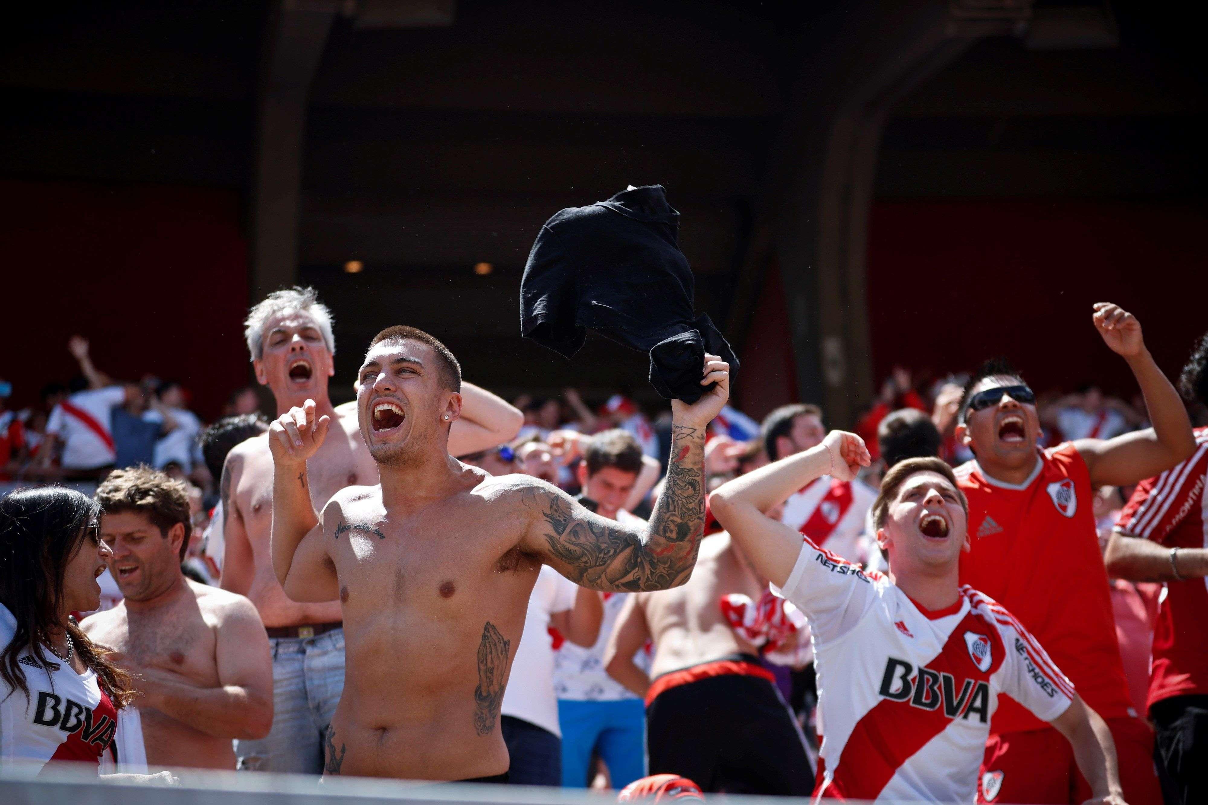 Aficionados de River Plate se hacen sentir en las calles de Madrid. /AP