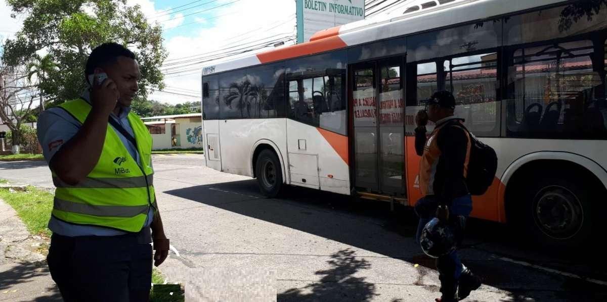 Vistas de la unidad de metrobús que fue trasladada hasta la estación de policía de Villa Lucre. Foto: @grupoelite507