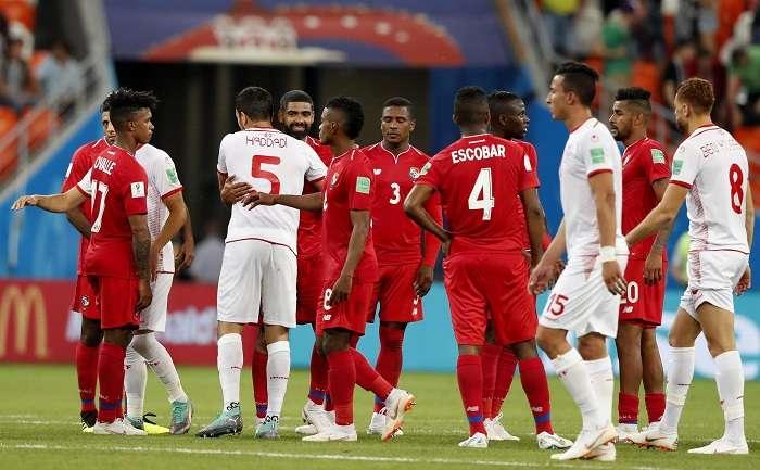Los jugadores de la selección de Panamá se saludan con los tunecinos tras finalizado el partido. / AP