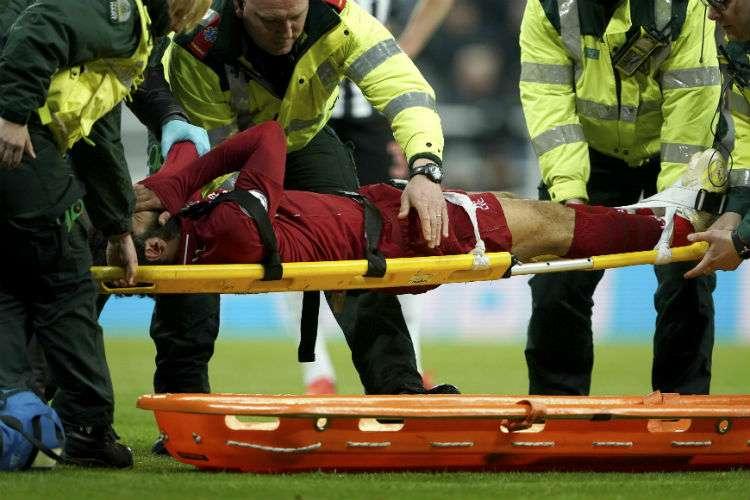 Mohamed Salah cuando es retirado en camilla del partido. Foto: AP