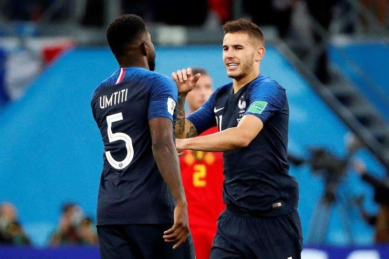 El defensa francés Samuel Umtiti (i) celebra con el defensa francés Lucas Hernández (d) tras marcar el 1-0 durante el partido Francia-Bélgica, de semifinales. Foto EFE