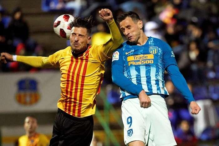 El delantero del Atlético de Madrid Nikola Kalinic (d) y el defensa del Sant Andreu Juan Manuel Miranda durante el partido de ida de dieciseisavos de final de la Copa del Rey./EFE