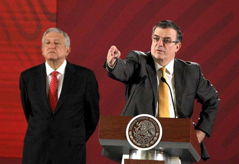 El secretario de Relaciones Exteriores de México, Marcelo Ebrard (d), habla junto al presidente de México, Andrés Manuel López Obrador (i), durante una rueda de prensa este miércoles, en el Palacio Nacional, en Ciudad de México (México). EFE