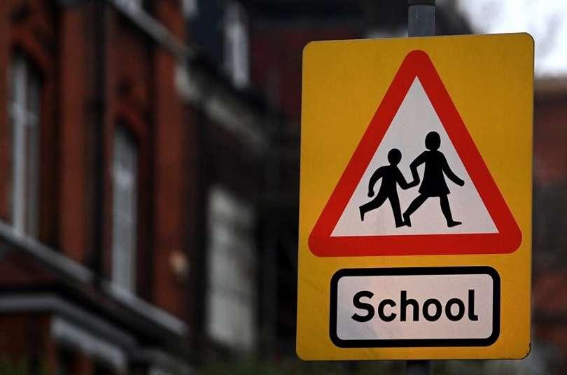 Señal que advierte de la proximidad de un colegio en una calle de Londres.EFE
