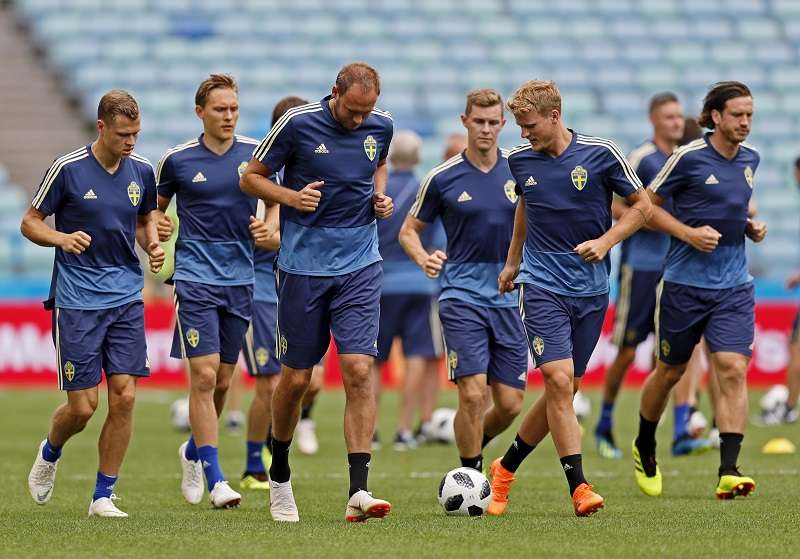 Los jugadores de la selección de Suecia se preparan para el partido ante Alemania. Foto EFE