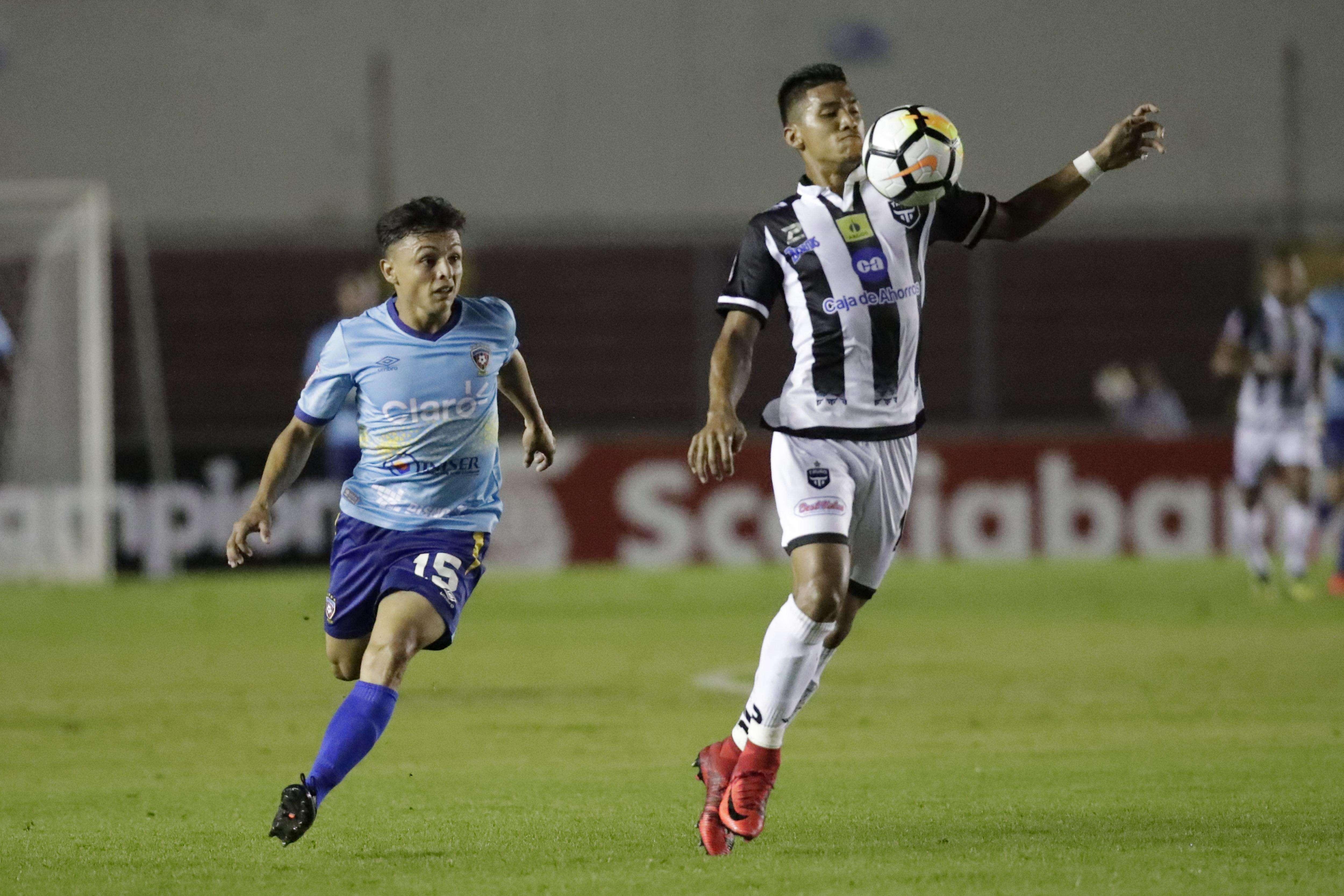 Jorge Gutiérrez (d), del Tauro FC, disputa un balón con Cristhian Flores (i) del Walter Ferretti de Nicaragua. /EFE