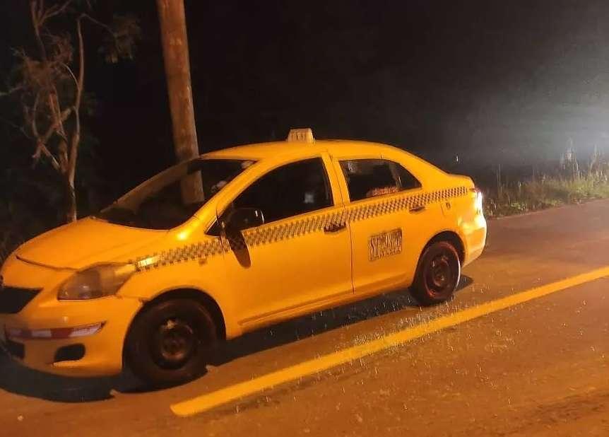 El vehículo quedó estacionado al borde de la vía.
