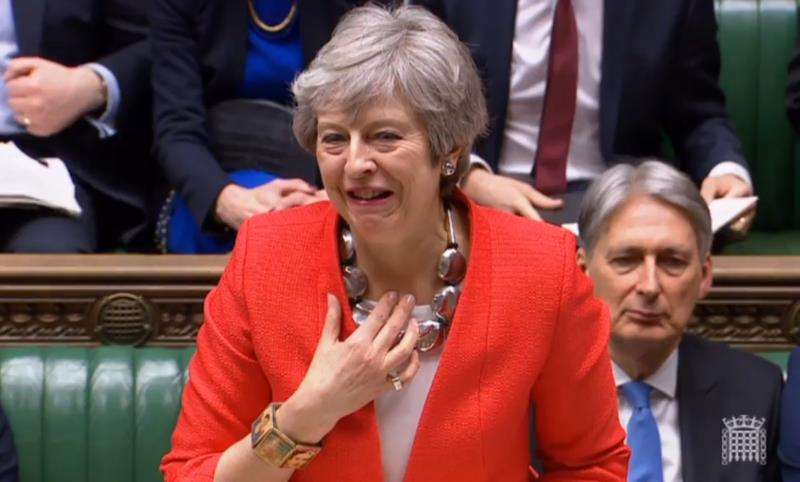 Captura de video de la primera ministra británica, Theresa May, mientras se aclara la garganta al inicio de su discurso durante una sesión de la Cámara de los Comunes del Parlamento. EFE
